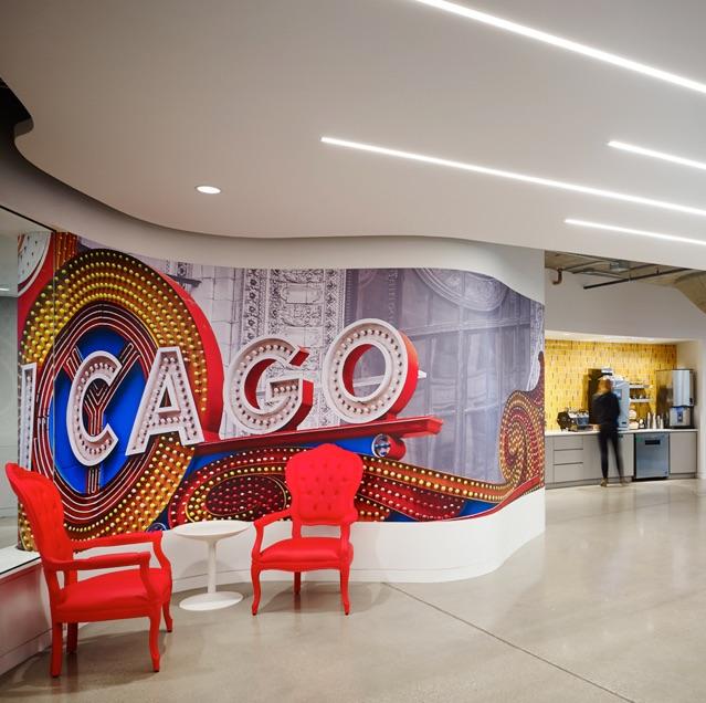 Wandgestaltung im Google-Büro in Chicago, die das Vordach des Chicago Theater zeigt