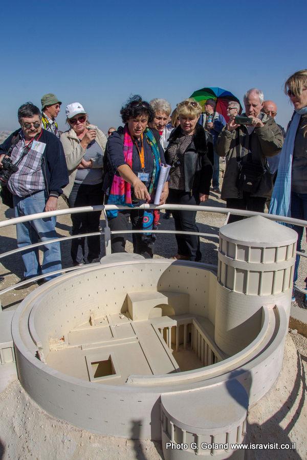 Гид в Иерусалиме Светлана Фиалкова на экскурсии в Иродионе.