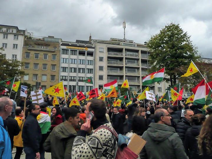 Demonstrierende mit Fahnen und Plakaten.