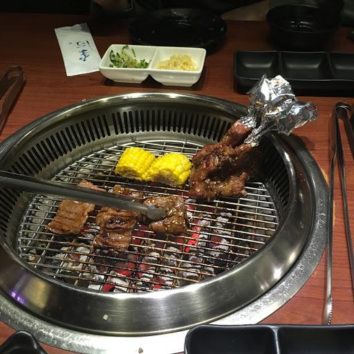 壽司好吃 牛肉也好吃 還有一鍋滿滿海鮮精華的湯 😋😋😋