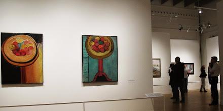Photo: Vue over udstillingssale med opstillinger med æbler