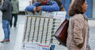 Un hombre vende décimos de Lotería de Navidad de la Administración de Doña Manolita, en Madrid.