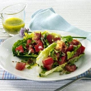 Tomatensalat mit Schnittlauchvinaigrette.