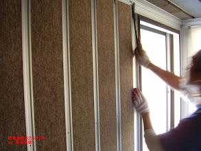 Photo: 内側のブースの壁パネルの組み立て
