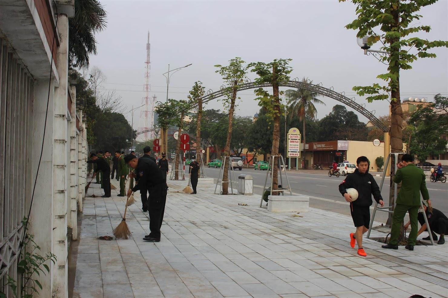 Đoàn viên Đoàn cơ sở Phòng Cảnh sát Cơ động dọn dẹp vệ sinh trên tuyến đường Hồ Tùng Mậu nơi đơn vị đóng quân