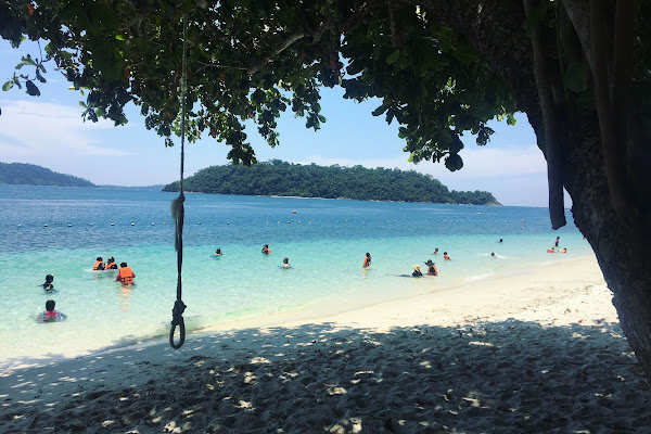 Swim and relax at the white beach of Koh Rawi