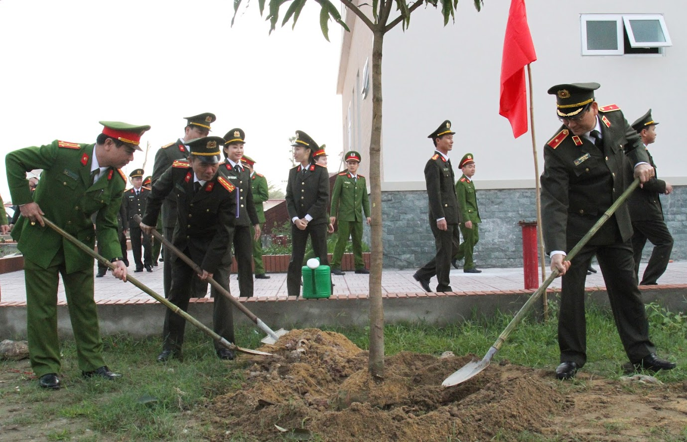 Đồng chí Thiếu tướng Nguyễn Hữu Cầu – Giám đốc Công an tỉnh tham gia trồng cây