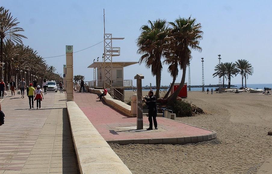 La Policía Local precinta las duchas de las Playas de Almería.
