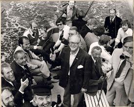 Photo: 1979. Forrest i billedet med kasket er det formanden for GOR Henning Langhoff. Ejnar Larsen (tidligere sekretær i GOR) midt i billeder. I venstre side ses Paul Wellejus, Carl Lohmann Frederiksen og Hans Hansson. Bagerst Arne Kaj Nielsen. I højre side med øl for munden Aksel Olsen (kaldet Fyldepen Olsen), Rene Jørgensen, Erik Mollerup. Med ryggen til: Henning Dalsgård og ved siden af ham ses Jens Jørgen Bænke. De øvriges navne er mig ubekendte. Den traditionsrige inspektionstur i skib startede i 1961. Den blev sidst gennemført i 19xx; nye regler for sejlads med passagerer umuliggjorde videreførelsen af traditionen. Deltagerantallet ved inspektionerne har gennem årene ligget mellem ca. 25 og 45.