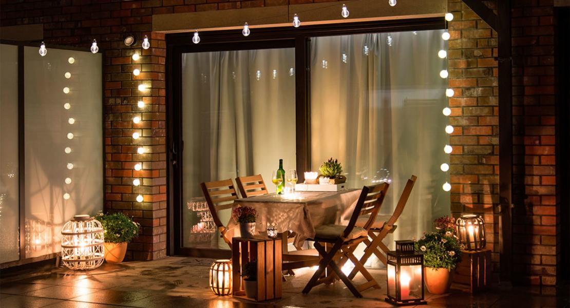 Un cuarto con una ventana grande  Descripción generada automáticamente con confianza media