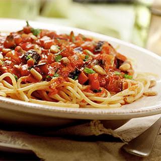 Spaghetti Met Aubergine In Tomaten Saus Met Knoflook