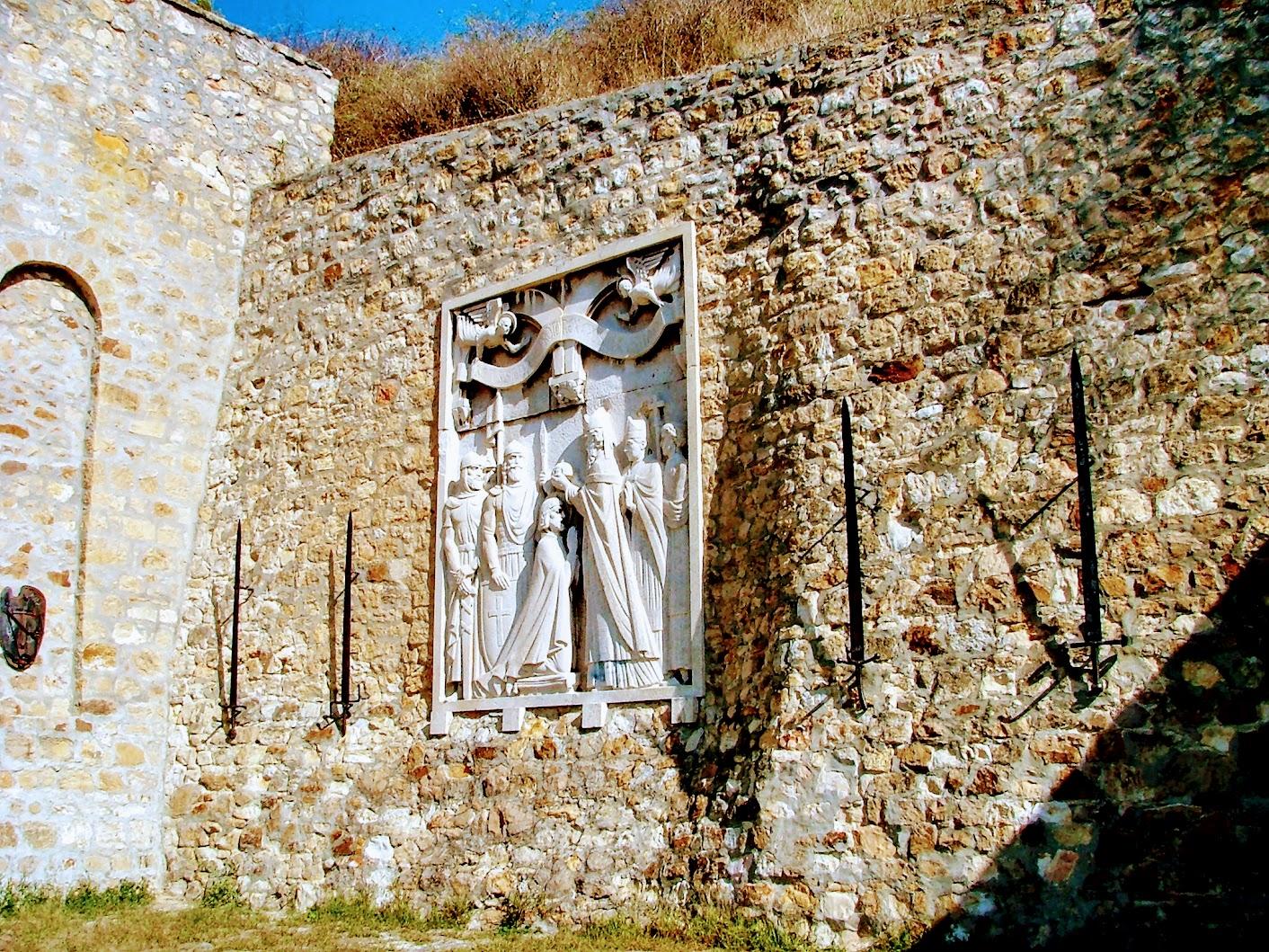 Esztergom - Szent István koronázása dombormű a Szent Tamás-hegy DNy-i oldalában