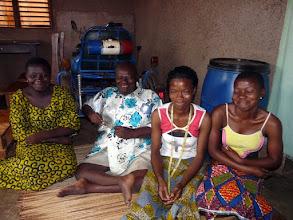Photo: ici avec son harem ! constitué de sa nouvelle épouse couturière et de ses 2 filles ( sur 3 )