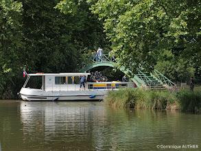Photo: Passage d'un bateau assez imposant sous une petite passerelle