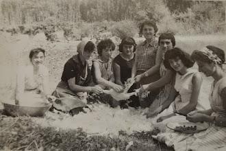 Photo: En la Jira pelando los pollos. Proveedor: Ascensión Ojeda Fernández. Año: 1955.