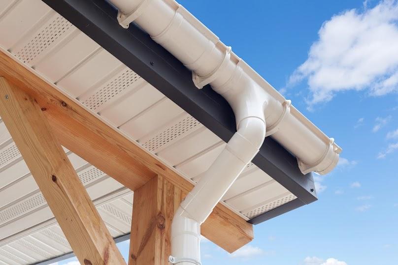 Spływającą z dachu wodę deszczową można wykorzystać do podlewania ogrodu, mycia mebli ogrodowych lub do spłukiwania toalety