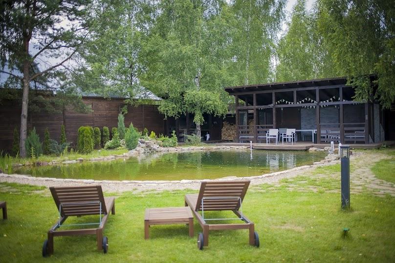 Oczka wodne i ich elementy dekoracyjne (np. fontanny) urozmaicą nawet najprostszy ogród