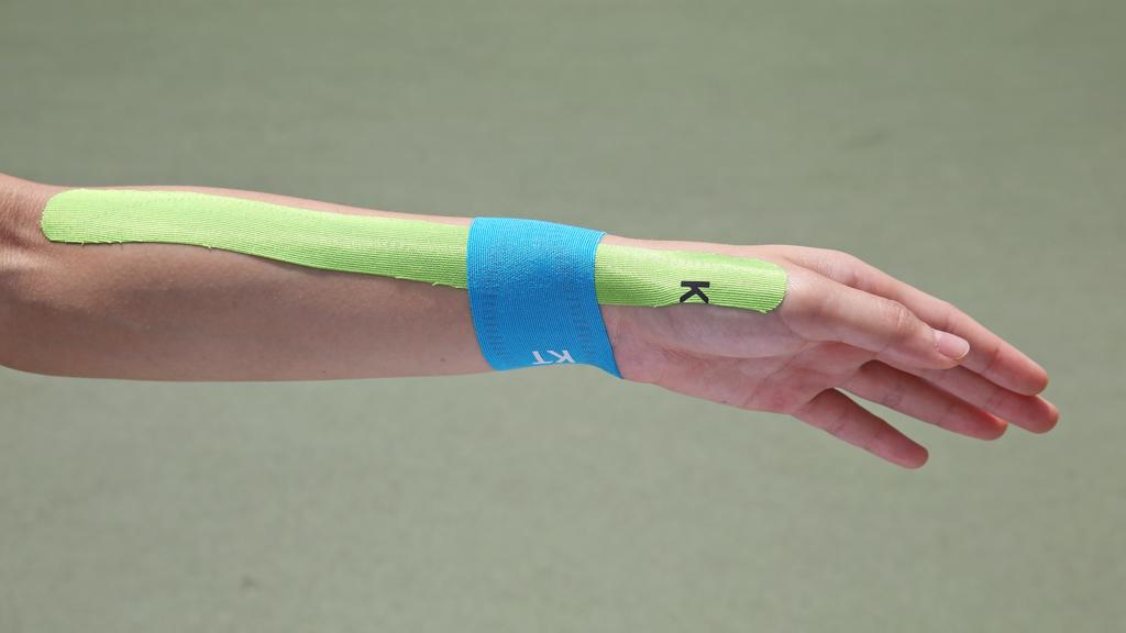 Step5.直至黏貼完成為止手腕仍需維持輕微下屈。完成。