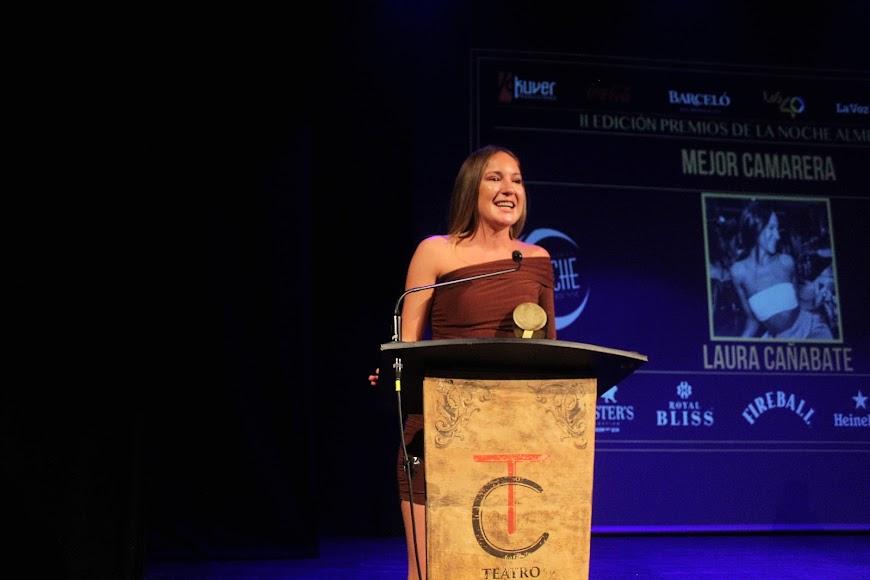 La galardonada, tras recibir su premio de la Noche Almeriense, durante su intervención.