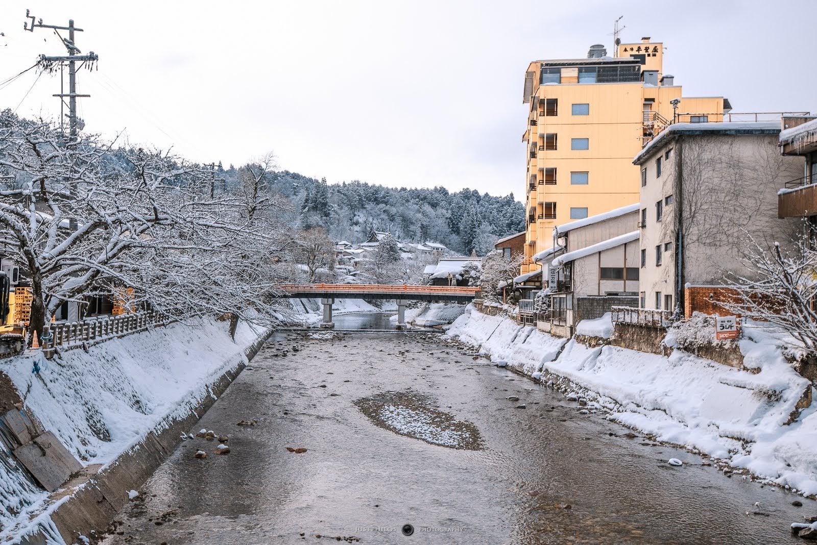 朝市旁的宮川兩側都擠滿白雪非常美麗,遠端是著名的紅橋。