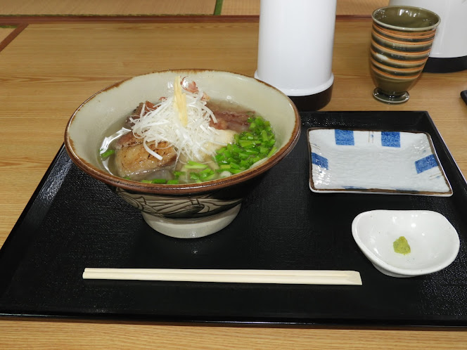 那覇市・すぅーぎぃーじぃーの本ソーキそば(中)