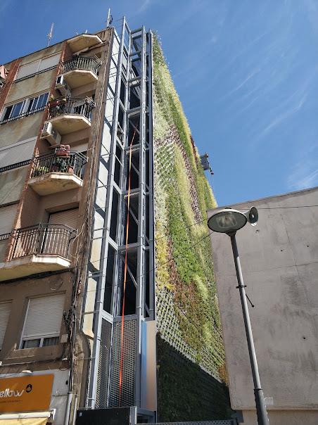 Jardín vertical visto desde al lado
