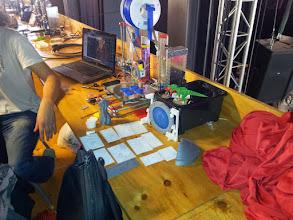 Photo: Esas tarjetitas que se ven sobre la mesa es un ingenioso sistema de reproducción de fotos, que miradas a trasluz aparecían en una gama de grises según el grosor de la capa impresa, muy chulo!!
