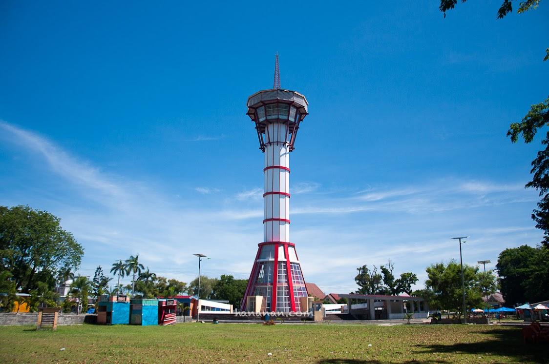 Tsunami Warning Tower, menara pengamat tsunami ini berada di tengah Lapangan Tugu, Bengkulu.