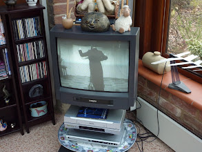 Photo: Mr. Moore's teaching film (At Mr. Hope's residence Jan. 24th (Sun) 2010). ホープ氏宅にて。寄贈されるDVD(8ミリの収録)を鑑賞。