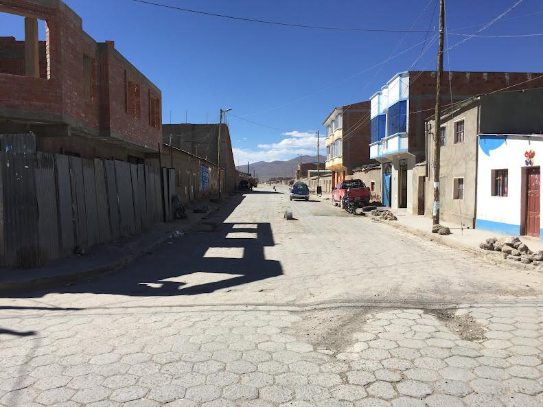 ウユニの街を少し外れてアンデス山脈目掛けて歩いてみる
