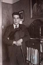 Photo: Eduard Toldrà amb el seu Bergonzi a plec de braç, al seu estudi al carrer Girona, l'any 1942. Al fons, una fotografia dedicada pel seu mestre Lluis Millet © Family Archive (Mdm. Narcisa Toldrà)