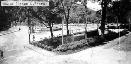 """Photo: Rua do Imperador, na região conhecida como """"bacia"""", em frente à Praça D. Pedro, que está localizada à esquerda. Foto do final do século XIX"""