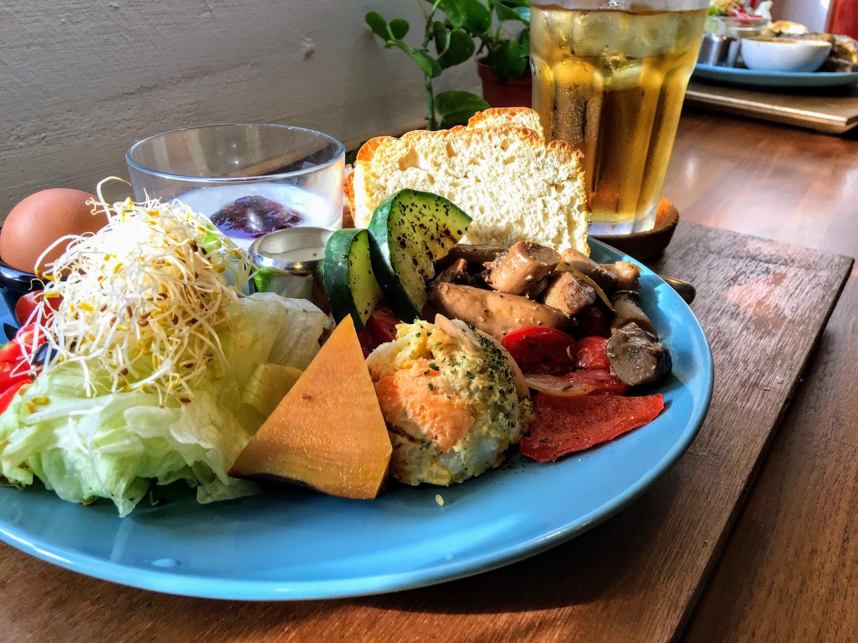 草食系素人早餐,可看到大量的蔬菜在旁邊