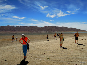 Photo: 2km se sem trmácíme v poledne pouští a ono se v tom nedá koupat...