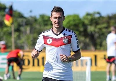 C'est Miroslav Klose qui remettra la Coupe du Monde en jeu