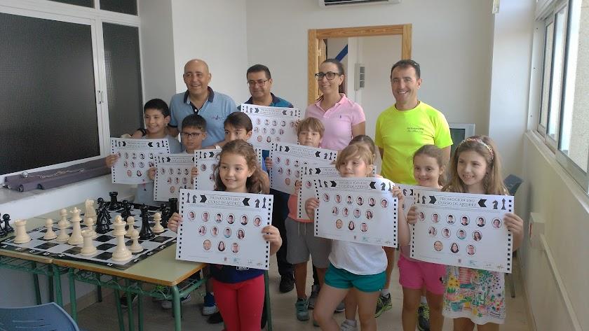 Alcalde y concejal de Cultura con participantes en el taller de Ajedrez que se imparte en el Pabellón.