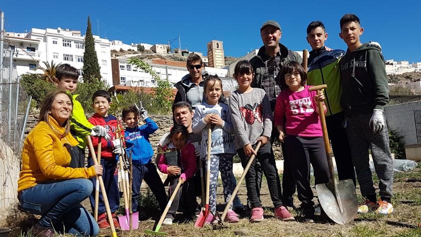 Alumnos, profesores y el alcalde de Abla, en el huerto escolar.