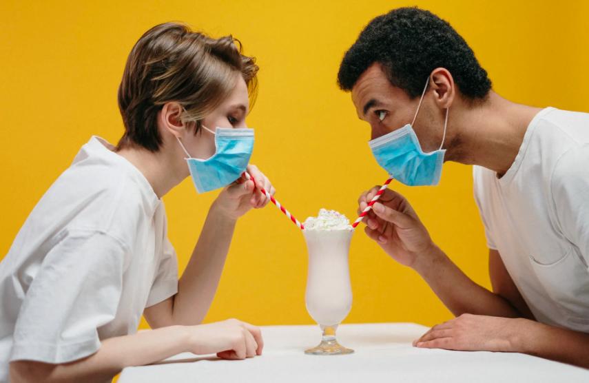 ¿Es seguro utilizar una máscara facial durante las relaciones sexuales? | Te contamos la opinión de un experto 1