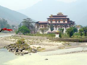 Photo: Der Dzong von Punaka überwältigt schon bei der ersten Begegnung.