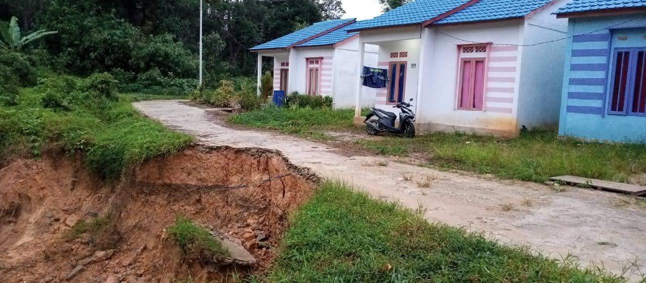 Warga Komplek Residence Rangkang Bengkayang Keluhkan Sungai Longsor, Mohon Pengembang Segera Dibenahi