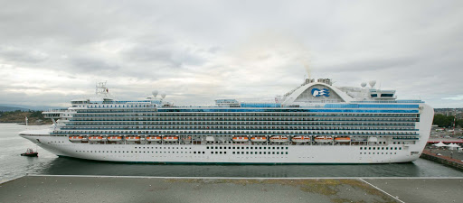 emerald-princess-docked-in-victoria.jpg - Emerald Princess docked in the port of Victoria, British Columbia.