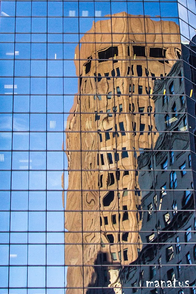 edificio reflejado en edificio