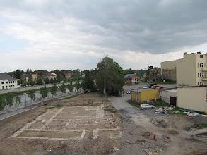 Photo: Přerov. Celkový pohled od západu na odkryté základy bratrského sboru na levém břehu řeky Bečvy. V pozadí v pravém horním rohu snímku je patrný objekt mlýna Spálenec a severního okraje pozdně gotického městského opevnění. (foto. Z. Schenk)