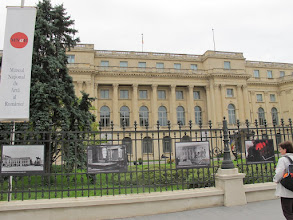 Photo: Rou3S106-151001Bucarest, place Révolution, musée national des arts, photos historiques révolution IMG_8591