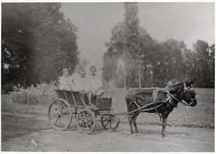 Photo: 1893 in de tuin van Huize Heijlaar,later Leursebaan (nu Buurstedestraat)..