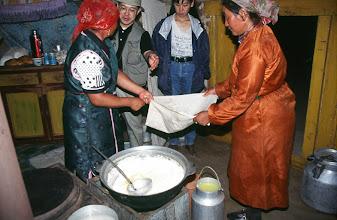 Photo: 03170 ブルド/ハスバータルイ家/シャル・トス(乳製品)作り/ウルムを弱火で煮ると、液体のシャル・トスと残りのツァガーン・トスができる。