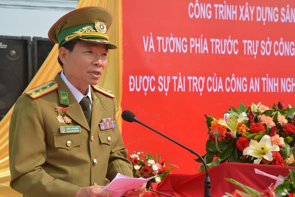 Đại tá Bun Lột Khăm Pheng Phăn, Ủy viên Ban thường trực Tỉnh ủy, Giám đốc Công an tỉnh Xiêng Khoảng phát biểu nhận công trình.