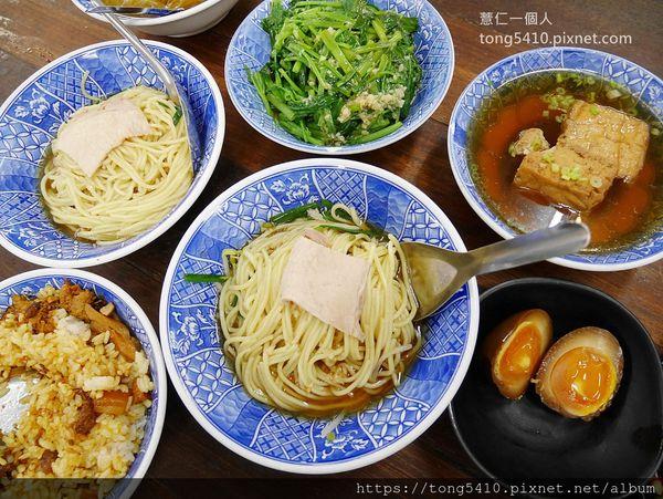 胡國雄古早麵,在地營業超過八十年,在地人氣小吃店。小菜我們也喜歡,還有紹興冰Q蛋喔
