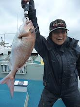 Photo: イエーイ! 真鯛だー! ヤマムラさんも楽しんでます!
