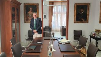 El delegado de Salud durante una visita días atrás al Ayuntamiento de Almería.